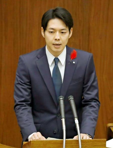 29日午前の北海道議会の一般質問でIRの誘致見送りを表明する鈴木直道知事=共同
