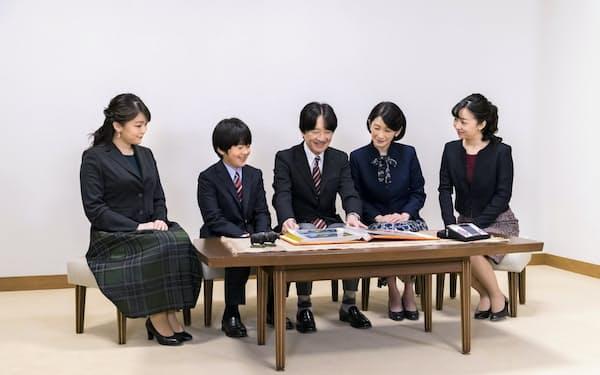 54歳の誕生日を前に、ご一家でアルバムを見て過ごす秋篠宮さま(11月15日、東京・港の赤坂御用地内の御仮寓所)=宮内庁提供