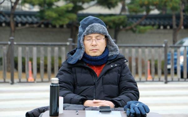 韓国大統領府前の広場で断食中の黄教安氏(21日、ソウル)