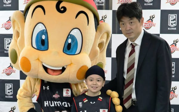 土田琉偉さん(中)は今季終了までチームの一員として活動する