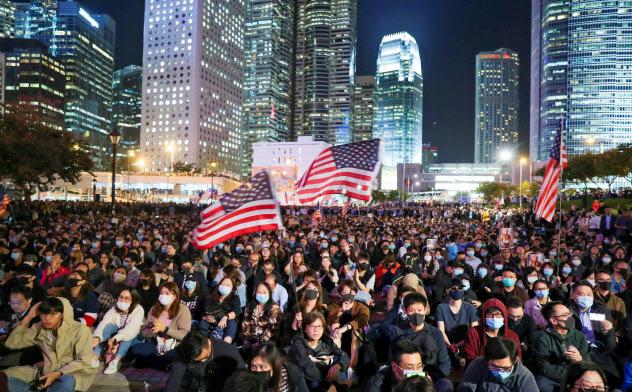 金融センターである香港で学生らによる抗議デモが続く=ロイター