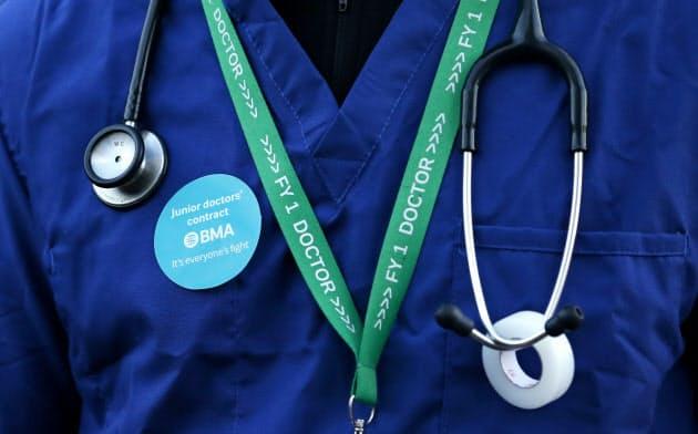 英国の医師は、政府が計画する年金制度の改正に懐疑的だ=ロイター