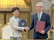 握手する香港の林鄭月娥行政長官(左)とタイのソムキット副首相(29日、バンコク)
