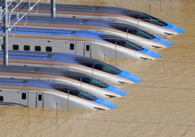 浸水した車両基地に並ぶ新幹線の車両(写真は10月中旬、長野市)