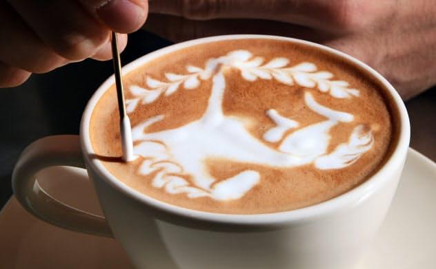 衛藤さんが細い工具を筆のように動かすと、ミルクが躍動する馬になった=目良友樹撮影