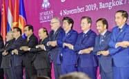 日中韓FTAはRCEPを踏まえた上で交渉を加速させる見通し(4日、バンコク郊外で開いたRCEP首脳会合)=共同
