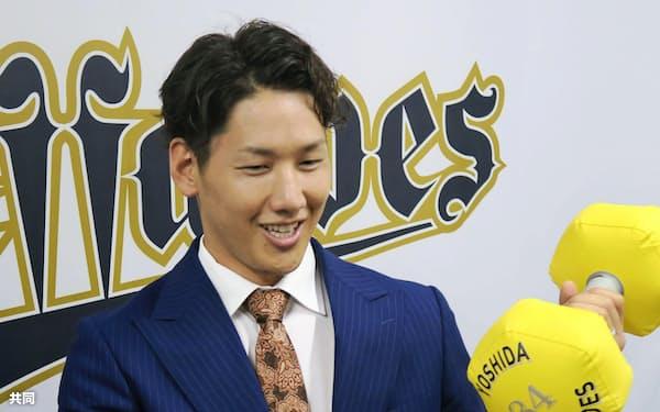契約更改し笑顔を見せるオリックスの吉田正(29日、大阪市)=共同
