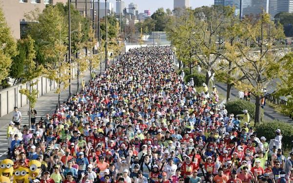 第8回大阪マラソンで一斉にスタートするランナーたち(2018年11月25日、大阪市)