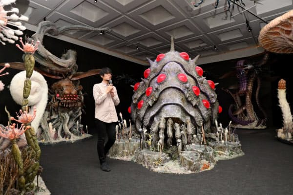「風の谷のナウシカ」に登場する奇妙な巨大生物の精巧な模型も展示する(盛岡市)