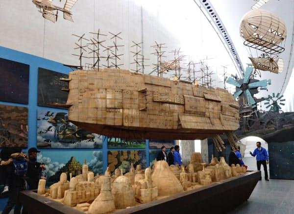 「天空の城ラピュタ」の冒頭シーンで登場する大型飛行船の模型。プロペラが回り、天井からつられたワイヤで上下する(盛岡市)
