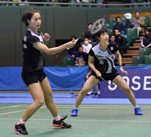女子ダブルス準々決勝で勝利した福島(左)、広田組(29日、駒沢体育館)=共同