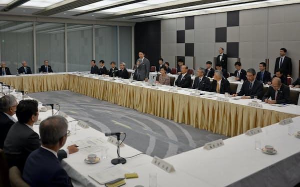 小泉環境相は経団連と気候変動問題などについて意見交換をした(29日、東京・千代田)