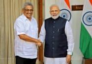 スリランカのラジャパクサ大統領(左)はインドを訪問し、モディ首相と会談した(29日、ニューデリー)=ロイター