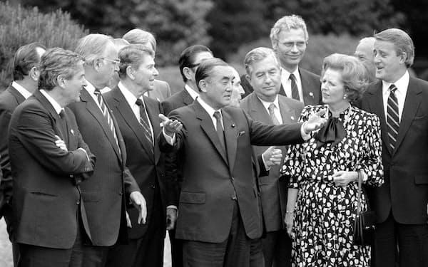 1986年5月、東京サミットで記念撮影後に各国首脳と話す中曽根康弘首相(中央)=東京・元赤坂の迎賓館