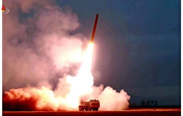 「超大型多連装ロケット砲」の発射場面の写真。北朝鮮の朝鮮中央テレビが29日放映した=共同