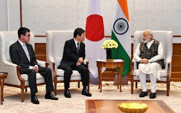 茂木外相(中)と河野防衛相(左)は2プラス2に先立ち、インドのモディ首相と面会した(11月30日、ニューデリー)