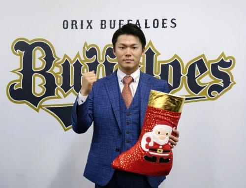 契約交渉を終え、ポーズをとるオリックスの山本(30日、大阪市)=共同