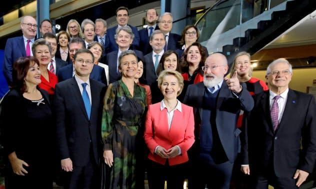 欧州委員会の新体制が発足した(27日、欧州議会で承認された新委員ら)=ロイター