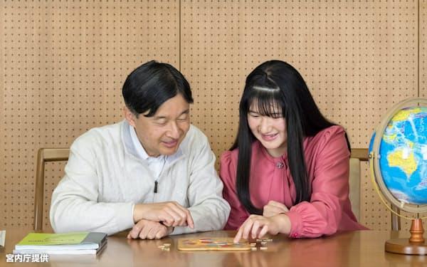 学校で学習しているというアフリカの地理について、天皇陛下と語り合う愛子さま(11月25日、東京・港の赤坂御所)=宮内庁提供