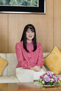 18歳の誕生日を前に、撮影に臨む天皇、皇后両陛下の長女、愛子さま(11月25日、東京・港の赤坂御所)=宮内庁提供