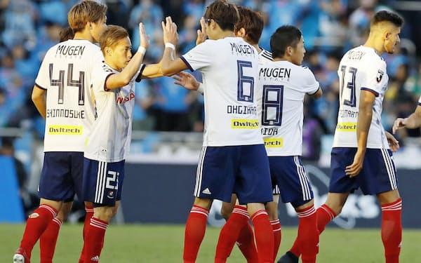 川崎に勝利し、タッチを交わす仲川(左から2人目)ら横浜Mイレブン=共同