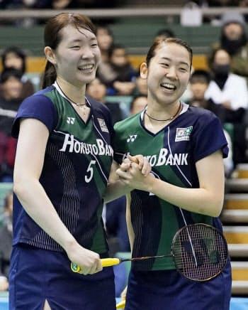 女子ダブルス準決勝で高橋礼、松友組に勝利し、喜ぶ永原(右)、松本組