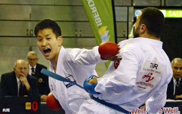 組手男子84キロ級準決勝でトルコ選手(右)に敗れた荒賀龍太郎(30日、マドリード)=共同
