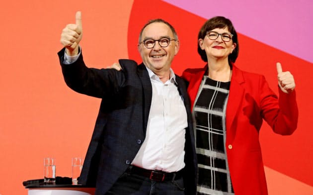 独社民党の党首選挙で勝利したワルターボーヤンス氏(左)とエスケン氏=ロイター