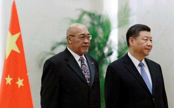 禁錮20年の判決を受けたスリナムのボーターセ大統領(左)は中国を訪問していた(27日、北京)=ロイター