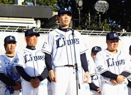 ファン感謝イベントでファンに思いを語る西武・秋山=共同