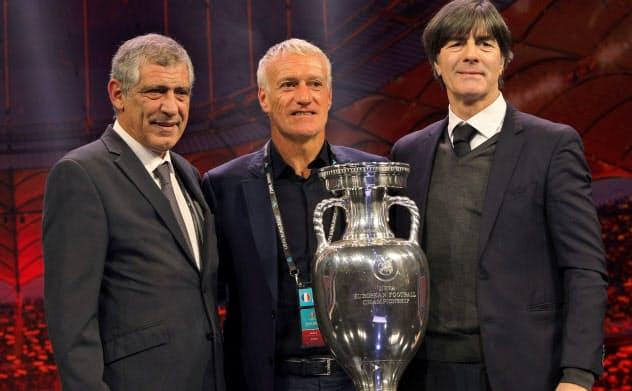 サッカー2020年欧州選手権の組み合わせ抽選後に、記念撮影に収まるポルトガル代表のサントス監督(左)、フランス代表のデシャン監督(中央)、ドイツ代表のレーブ監督(11月30日)=ロイター