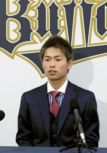 契約更改し、記者会見するオリックス・山岡(1日、大阪市)=共同