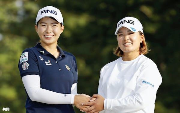 賞金女王争いを制し、2位の渋野日向子(左)と握手する鈴木愛(1日、宮崎CC)=共同