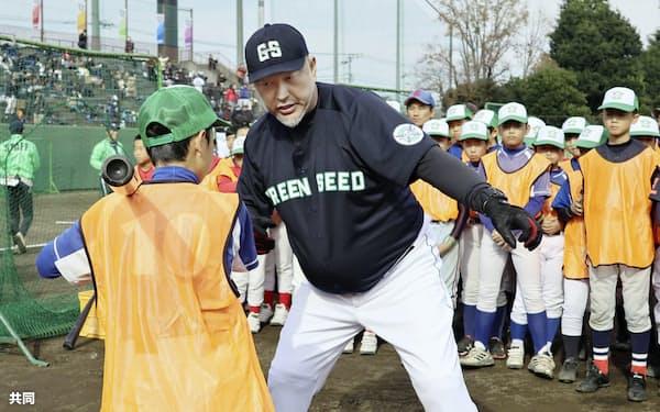 小学生向けの野球教室で打撃を指導する清原和博さん(1日、東京都八王子市)=共同