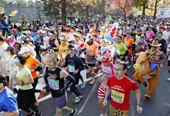第9回大阪マラソンに参加した大勢のランナー(1日、大阪市)=共同