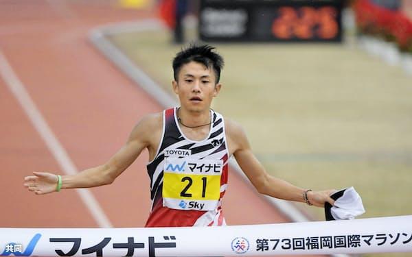 日本人最高となる2時間9分36秒の2位でゴールする藤本拓=共同