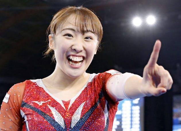 女子個人で初優勝し、ポーズをとる森ひかる(1日、有明体操競技場)=共同