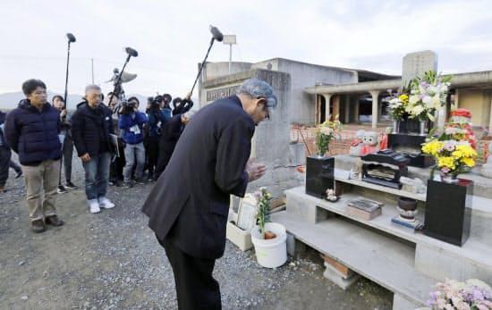 宮城県石巻市立大川小の被災校舎を訪れ、慰霊碑の前で手を合わせる亀山紘市長(1日午後、石巻市)=共同
