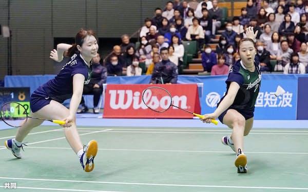女子ダブルス決勝で福島、広田組を破って優勝した永原(右)、松本組=共同