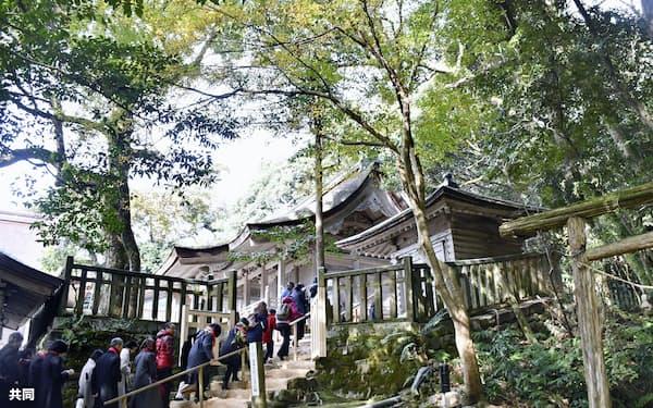 初めて一般公開された気多大社の社叢「入らずの森」に向かう参拝者(1日、石川県羽咋市)=共同