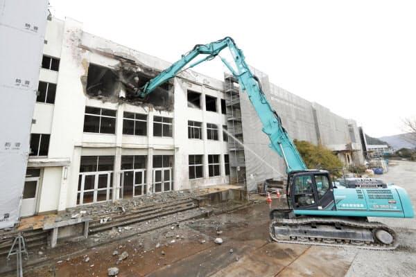 校舎中央部を東日本大震災の遺構として保存するため、解体工事が始まった宮城県石巻市立門脇小(2日)=共同