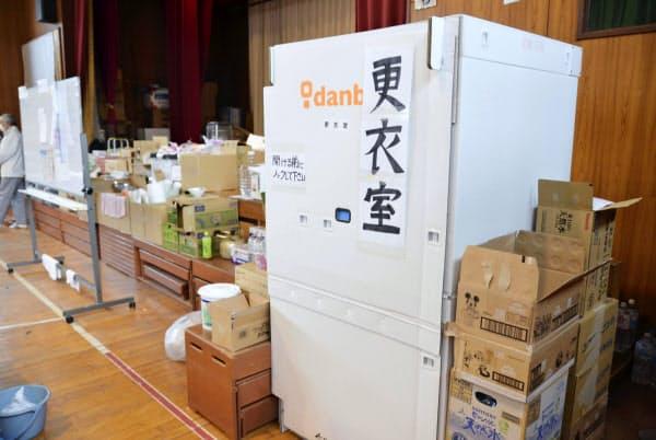 避難所に設置された段ボール製の更衣室(10月24日、宮城県丸森町)=共同