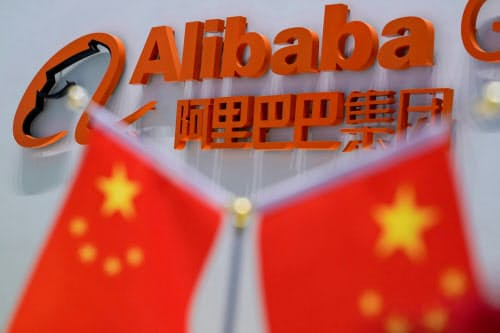中国のアリババは時価総額で米アマゾンと肩を並べることを狙うが、中国政府との距離感がネックになりそうだ=ロイター