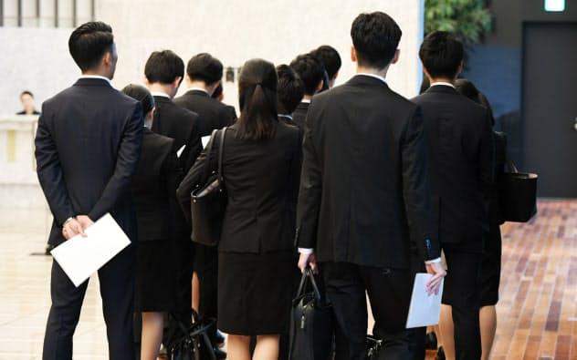 採用選考の受付に並ぶ就活生