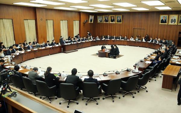 委員の席は楕円形に配列され、会長の左右には与野党の幹事が座ります