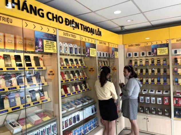 ベトナムではカメラ機能が良く、手ごろなスマホが人気(ハノイのモバイルワールド)