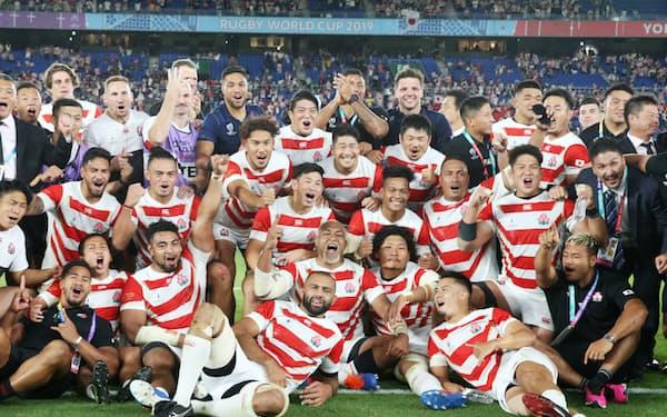 初のW杯8強進出を決め、笑顔を見せるラグビー日本代表(10月13日、横浜国際総合競技場)