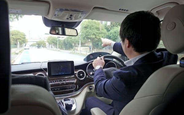 ドライバーが視線を向けた施設の情報を音声で案内する。ハンドルの奥に見えるのが視線検出装置