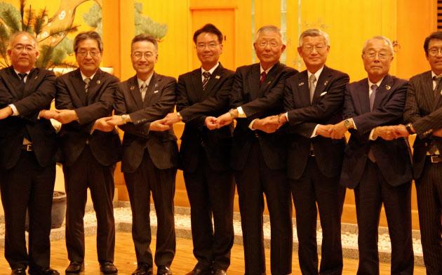 交流会に参加した福井県の杉本知事(左から3番目)ら=福井市
