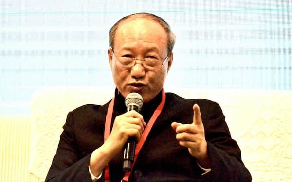 重慶市の国際会議で発言する海航集団の陳峰董事長(2日)
